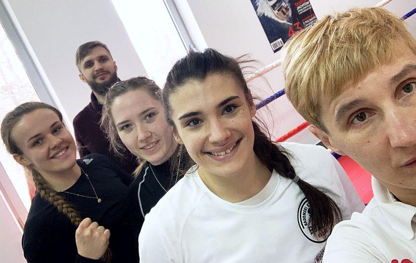 Trzy muszkieterki wraz z trenerką przed wyzwaniem w Rosji na Mistrzostwach Europy