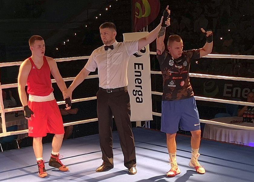 Mateusz Polski wygrywa podczas meczu w Słupsku z zawodnikiem Kaliningradu